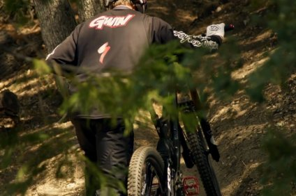 aaron_gwin_riding_downhill