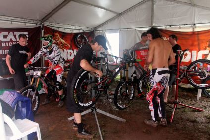 santacruz_syndicate_cairns_wc_2_dh_pits
