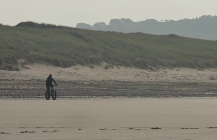 chris_akrigg_fat_bike_video_2014_beach