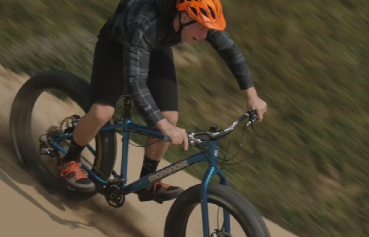 chris_akrigg_fat_bike_video_2014_beach_downhill